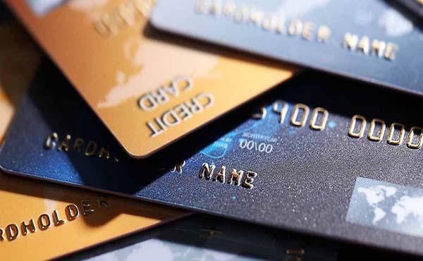 Com juros altos e renda corroída, cartão de crédito é vilão ou aliado?