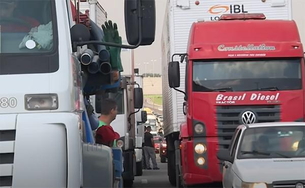 Caminhoneiros dizem que param no dia 1º caso Bolsonaro não atenda demandas