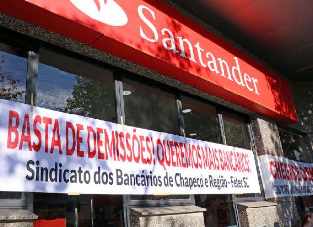 Bancários protestam no Santander contra demissão de dirigente sindical