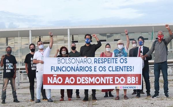 Bancários fazem ato em frente ao Planalto contra fechamento de agências e PDV