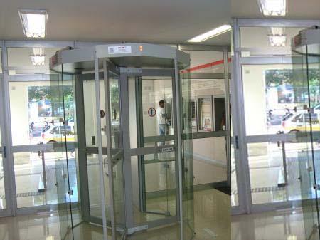 Entidades pedem a governador que vete projeto que desobriga portas de segurança nos bancos